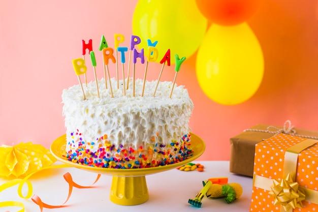 Primer plano de delicioso pastel de cumpleaños con accesorios
