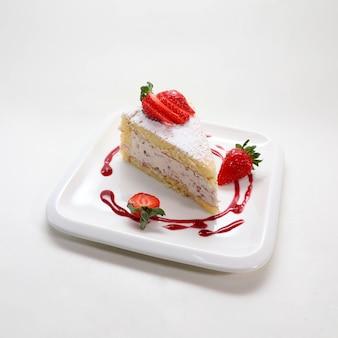 Primer plano de un delicioso pastel de fresa en un plato