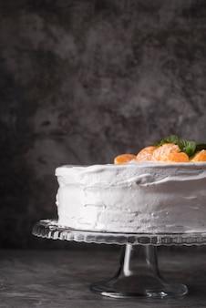 Primer plano delicioso pastel con fruta