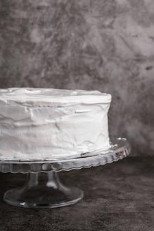 Primer plano delicioso pastel glaseado sobre la mesa