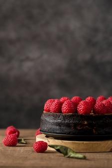 Primer plano delicioso pastel hecho a mano con bayas