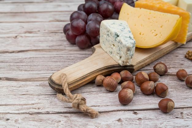 Primer plano delicioso queso brie con uvas