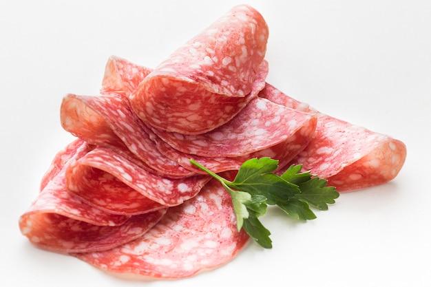 Primer plano delicioso salami con perejil