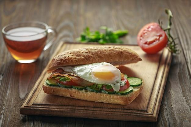 Primer plano delicioso sándwich en una tabla de cortar.