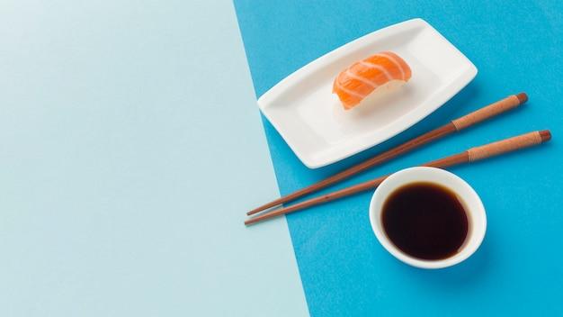 Primer plano delicioso sushi con espacio de copia