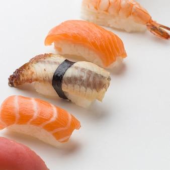 Primer plano delicioso sushi listo para ser servido