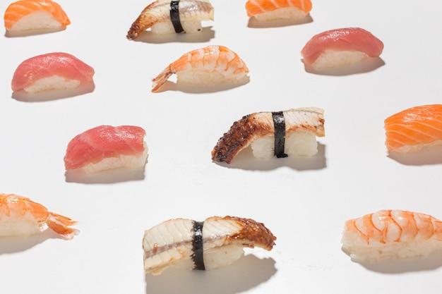 Primer plano delicioso sushi en la mesa
