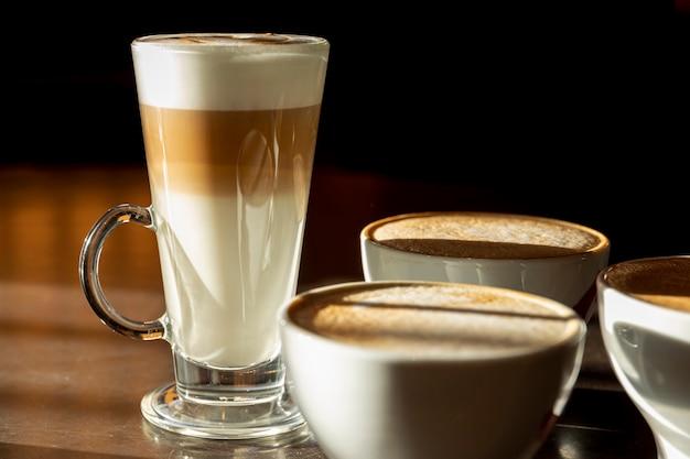 Primer plano delicioso tarde con leche