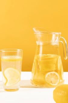 Primer plano delicioso tarro de limonada