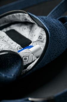 Primer plano dentro de los bolsillos, elementos de una mochila azul hecha de cuero genuino en color oscuro
