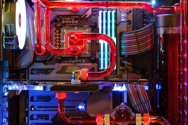 Primer plano y dentro de la pc de escritorio gaming y cpu de refrigeración por agua con led rgb muestran el estado del modo de trabajo