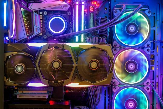 Primer plano y dentro de la pc de escritorio ventilador de juegos y refrigeración cpu con led multicolor led muestra el estado de la luz en el modo de trabajo, fondo interior de la tecnología de la carcasa de la pc
