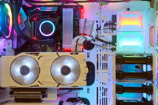 Primer plano y dentro de la pc de escritorio ventilador de juegos y refrigeración cpu con led multicolor muestra el estado de la luz rgb en modo de trabajo