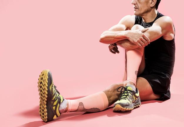 Primer plano deportivo masculino descansando