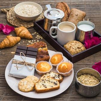 Primer plano del desayuno en mantel individual