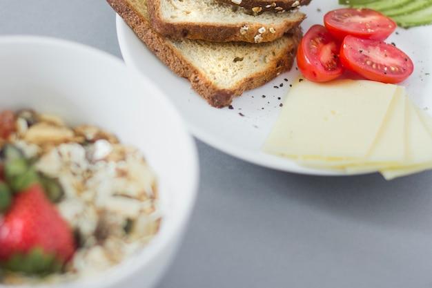 Primer plano, desayuno, platos, gris, tabla