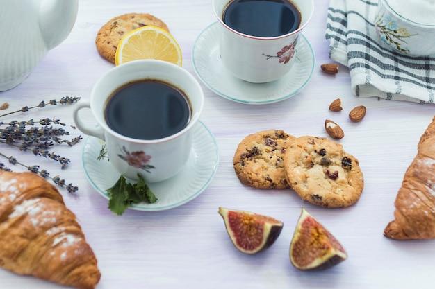 Primer plano de desayuno saludable y café en el escritorio