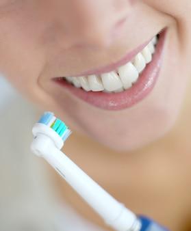 Primer plano de los dientes de la mujer.