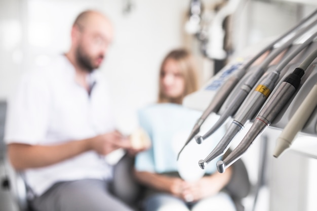 Primer plano de diferentes instrumentos dentales
