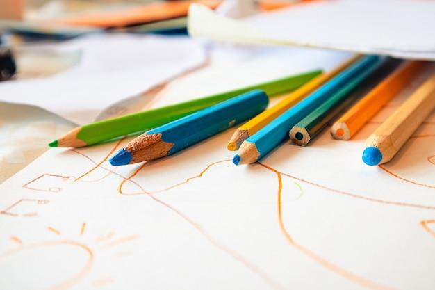 Primer plano de los diferentes lápices de colores