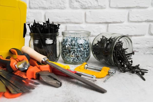 Primer plano de diferentes tipos de herramientas