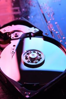 Primer plano del disco duro de la computadora en la placa base