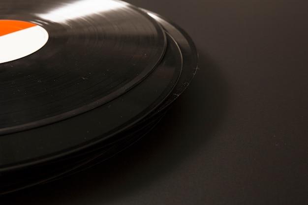 Primer plano de disco de vinilo negro sobre fondo negro