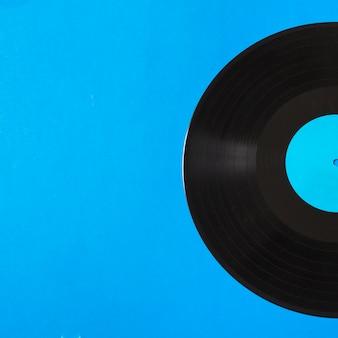 Primer plano de disco de vinilo sobre fondo azul