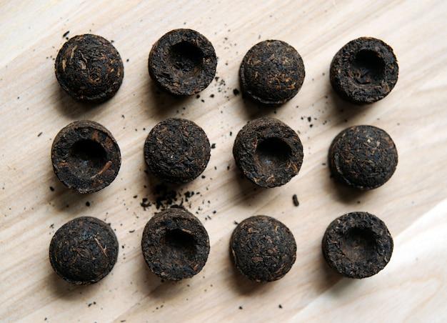 Primer plano de discos de té chino puer