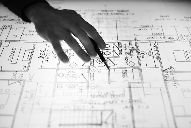 Primer plano del diseñador que trabaja en un diseño