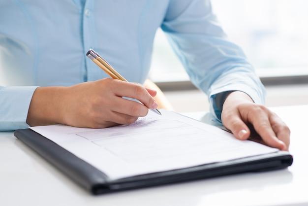 Primer plano del documento de revisión de la persona
