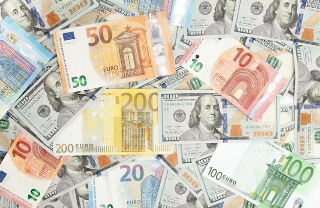 Primer plano de dólares americanos y euros