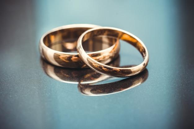 Primer plano de dos anillos de compromiso de oro de boda tradicional