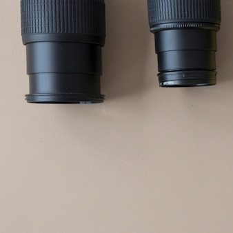 Primer plano de dos cámaras profesionales diferentes sobre fondo marrón