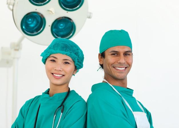 Primer plano de dos cirujanos étnicos