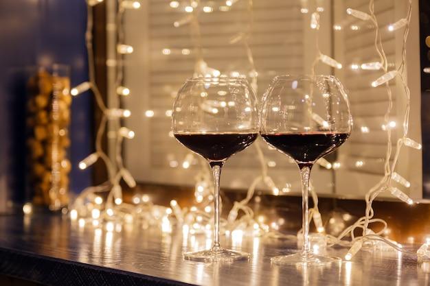 Primer plano de dos copas de vino tinto en copas de cristal transparente