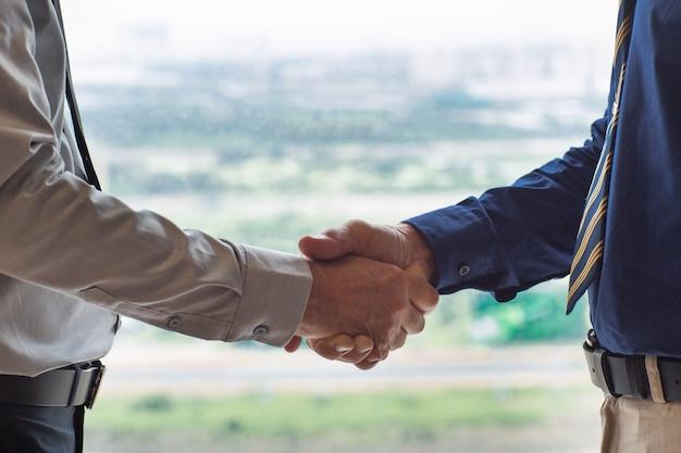 Primer plano de dos empresarios agitando las manos