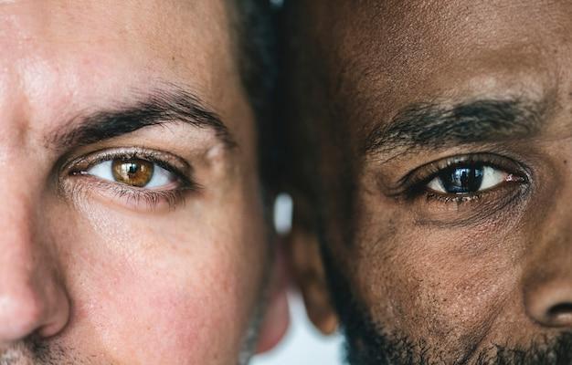 Primer plano de dos ojos de hombres étnicos diferentes
