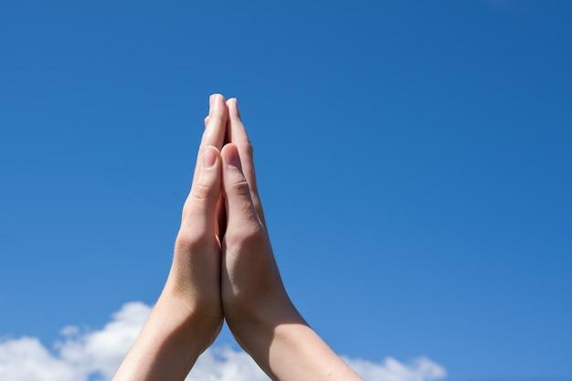 Primer plano de dos palmas juntas. las manos se toman de las manos juntas