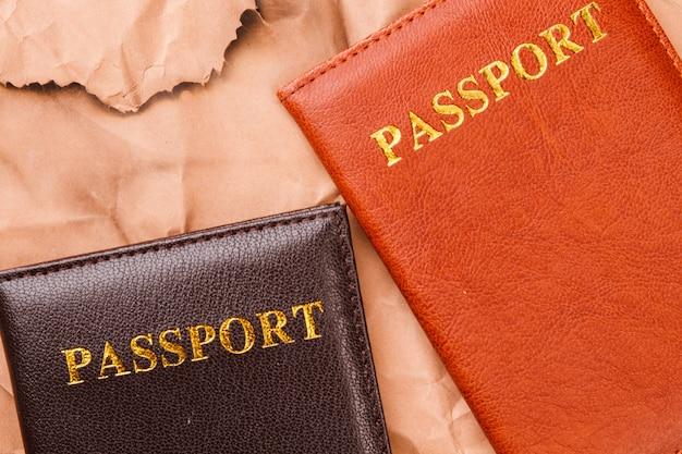 Primer plano dos pasaportes. concepto de viajes e inmigración. viejo fondo de papel desgastado.