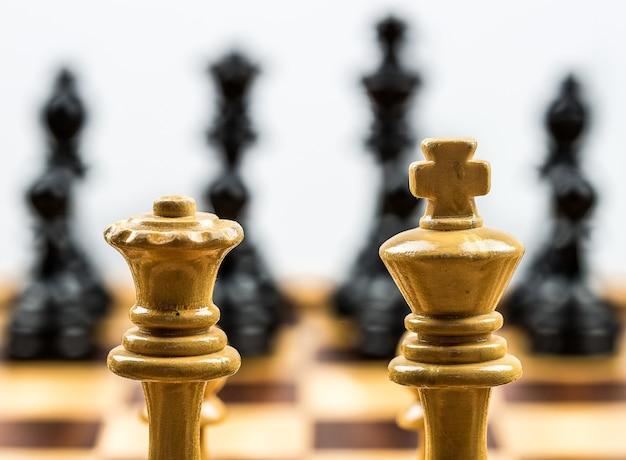 Primer plano de dos piezas de ajedrez de madera