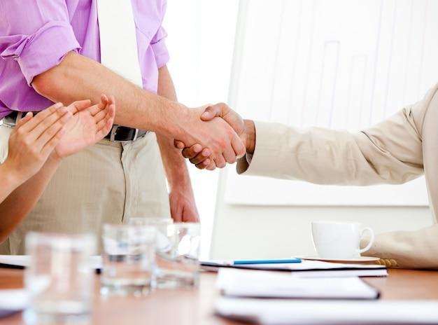 Primer plano de dos socios comerciales cerrando un trato