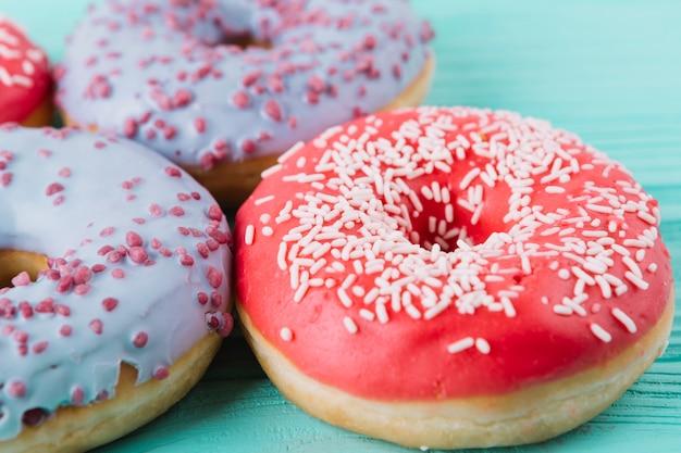 Primer plano de dos tipos diferentes de deliciosos donuts en mesa