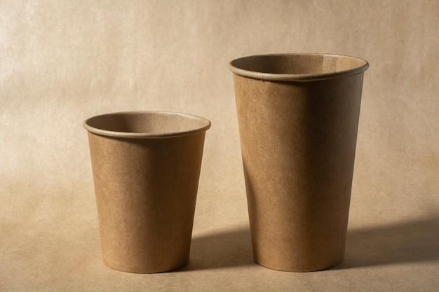 Primer plano de dos vasos de papel desechables de varios tamaños.