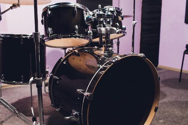 Primer plano de drummer y su kit, tocando en vivo con su banda.