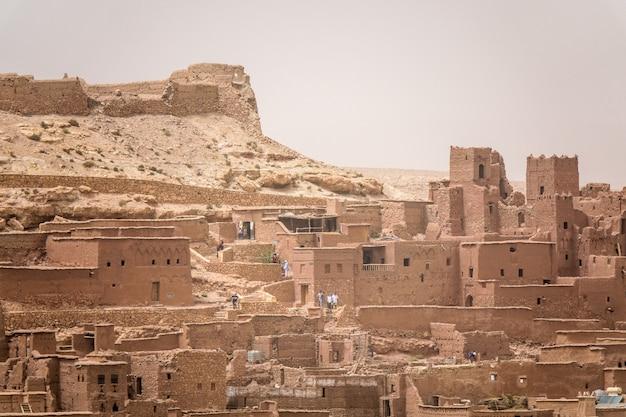 Primer plano de edificios de hormigón bajo el sol en marruecos