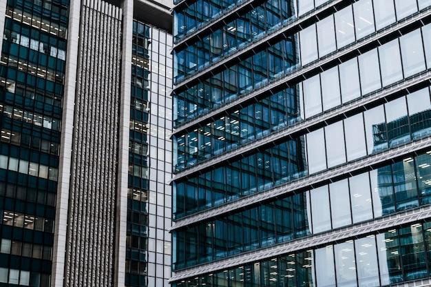 Primer plano de edificios de oficinas de arquitectura moderna