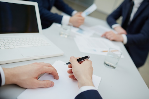 Primer plano de ejecutivo escribiendo