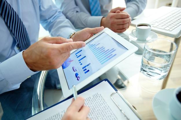 Primer plano de ejecutivo señalando una gráfica
