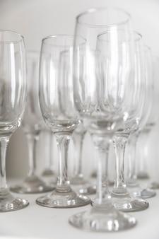 Primer plano elegante arreglo de vasos